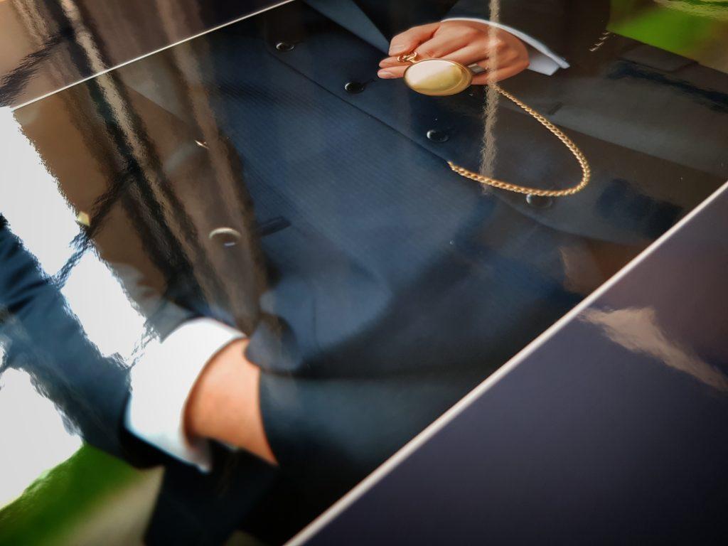 Bräutigam mit Taschenuhr