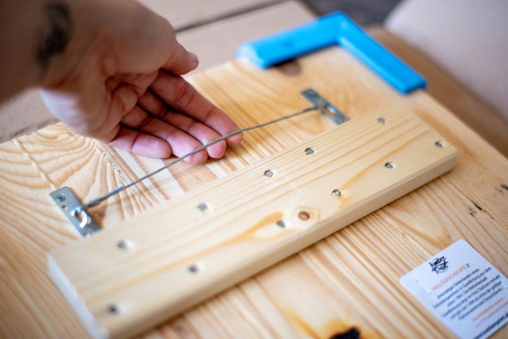 Aufhängung des Holz-Bildes mit Draht