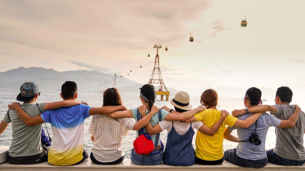Gruppe von Menschen vor einer Gondel