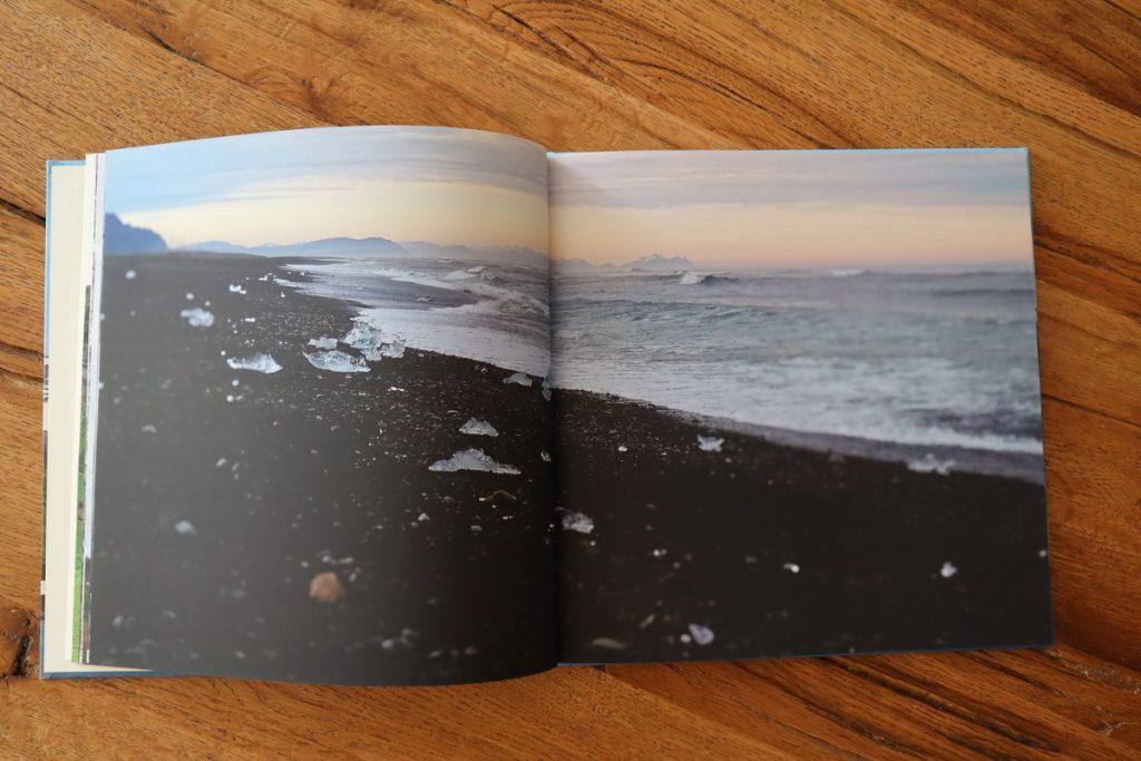 Fotobuch Doppelseite mit Panorama schwarzer Strand