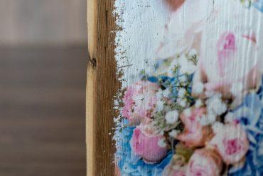 Detailaufnahme Druck mit Blumen auf Holz