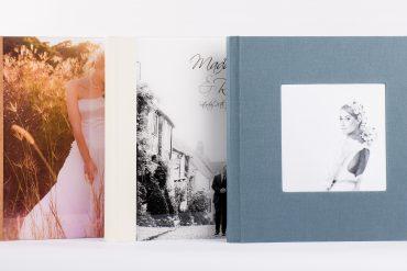 drei verschiedene Alben nebeneinander aufgestellt