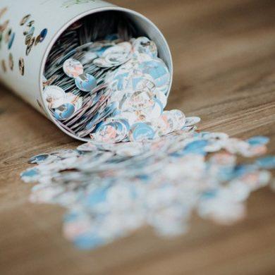 Dose mit herausfallendem Konfetti