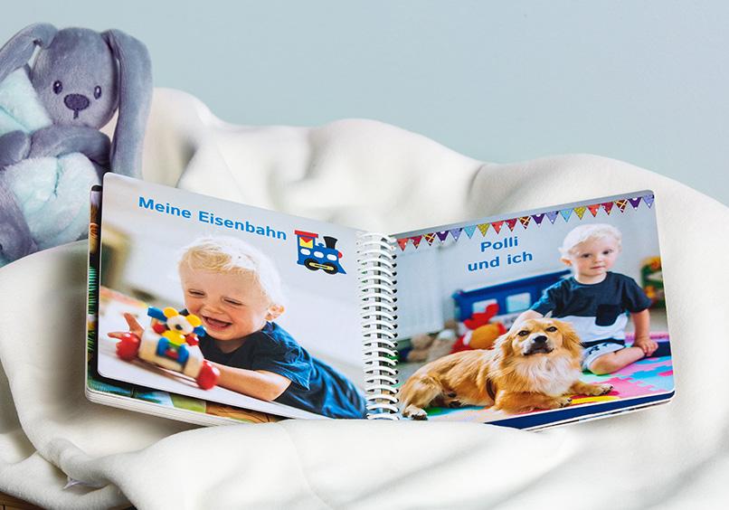 Kinder-Bilderbuch auf einer Decke