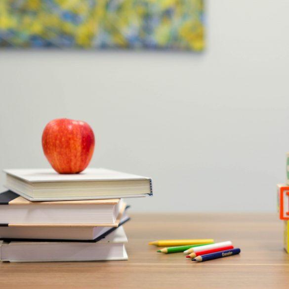 Bücher, Apfel, Buchstaben, Stifte