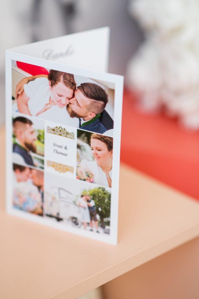 aufgeklappte Hochzeitskarte auf einem Tisch