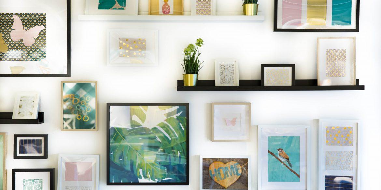 Wand voller unterschiedlicher Bilderrahmen