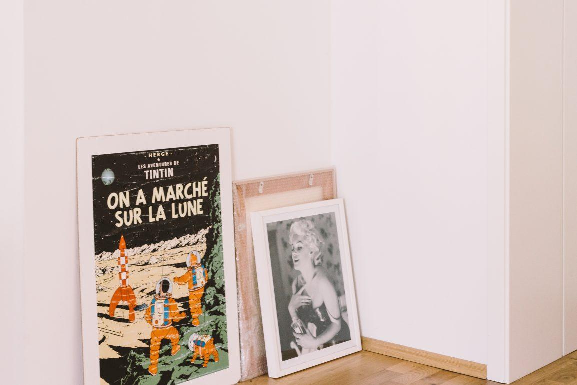drei Bilder an eine Wand gelehnt