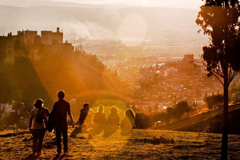 Gruppe von Menschen im Sonnenuntergang