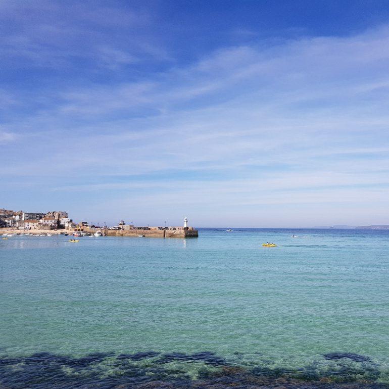Küstenort mit hellblauem Wasser und blauem Himmel