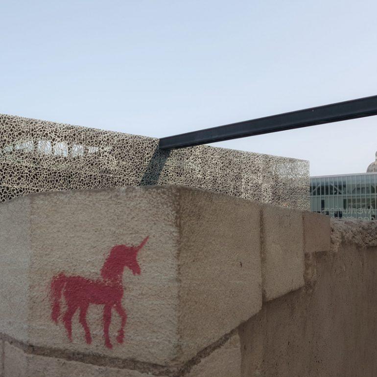 Grafitti von einem roten Einhorn