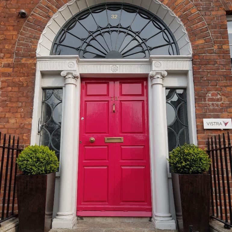 rote Tür in Backsteinwand