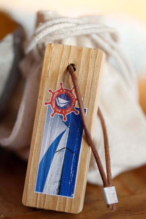Schlüsselanhänger aus Holz mit Stoffbeutel