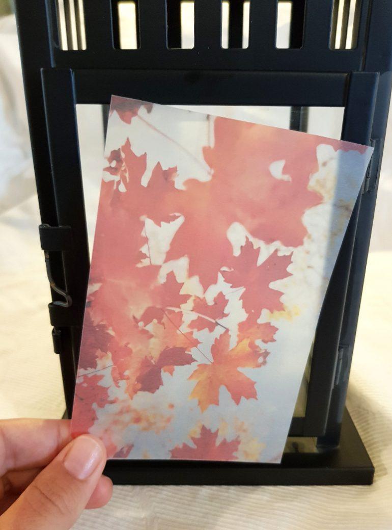 bedrucktes Transparentpapier vor eine Laterne gehalten