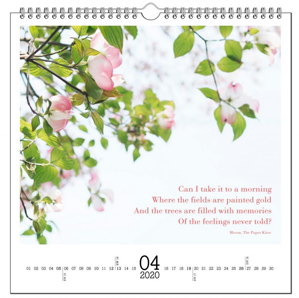April-Seite eines Kalenders mit einem Foto von Frühlingsblüten und einem Textausschnitt aus einem Lied