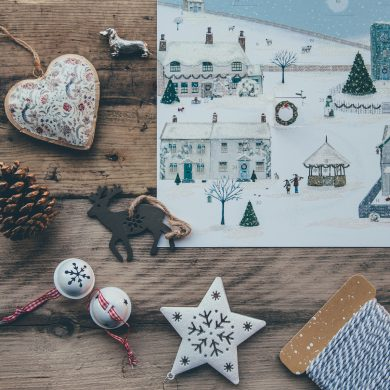 Adventskalender und Adventsdekoration auf Holztisch