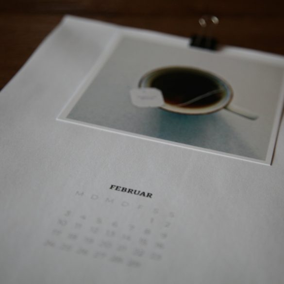 Detailaufnahme Kalenderblatt Februar mit Foto von Teetasse