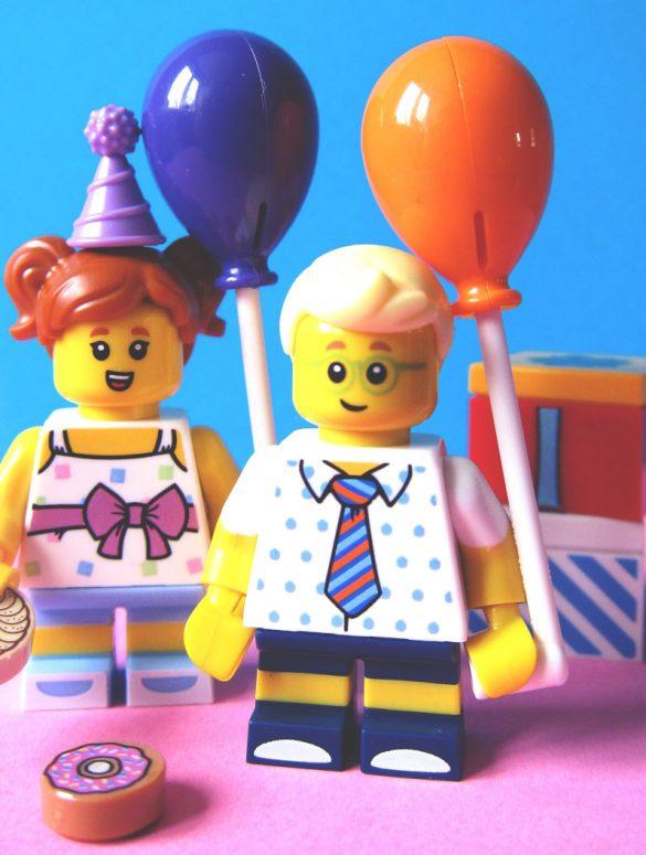 zwei Legomännchen mit Luftballons und Geschenken