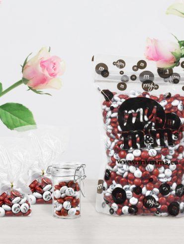 Tüte mit personalisierten M&Ms und Vasen mit Rosen