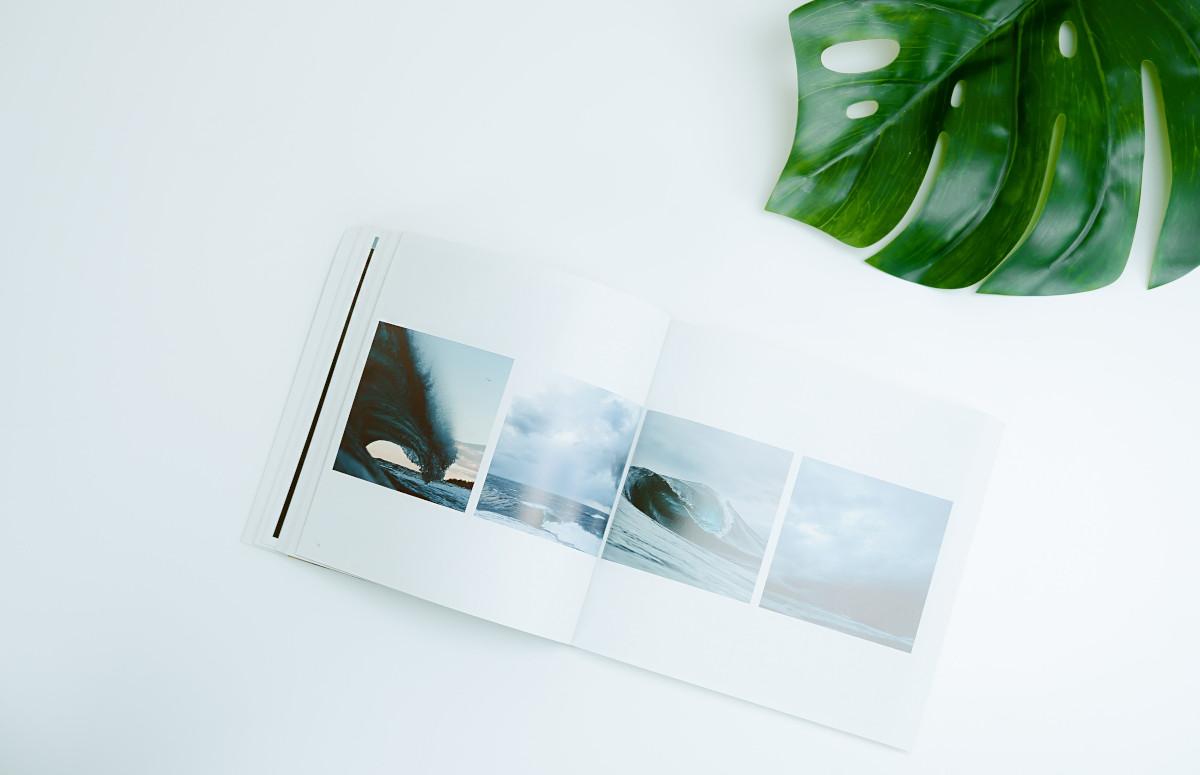 Fotobuch auf einem Tisch mit grüner Pflanze