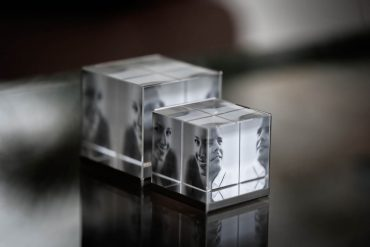 zwei Fotowürfel aus Glas in klein und gross, mit verschiedenen Bildern im Inneren