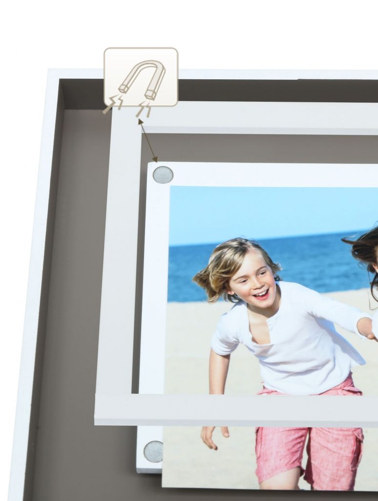 Detailansicht der Befestigung eines Fotos in einem Rahmen via Magnet