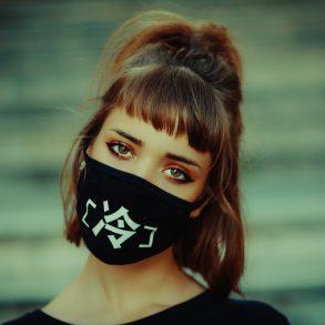 Frau mit einer bedruckten Gesichtsmaske