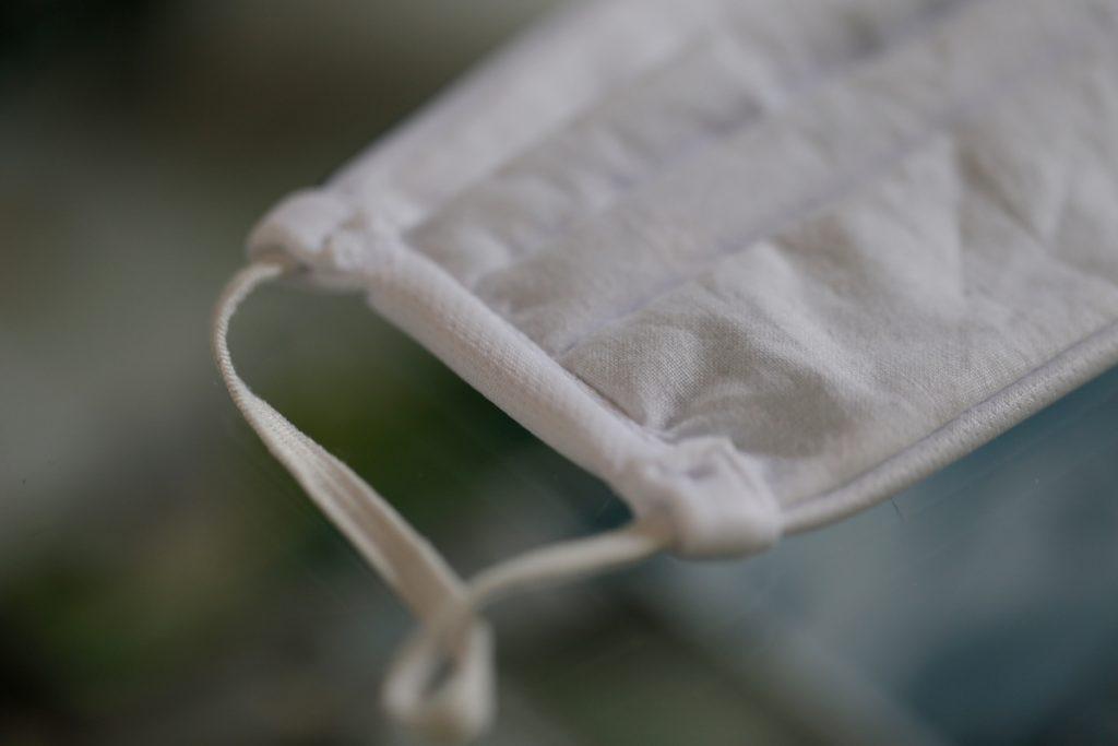 Detailansicht einer Naht bei einer Mundschutz-Maske