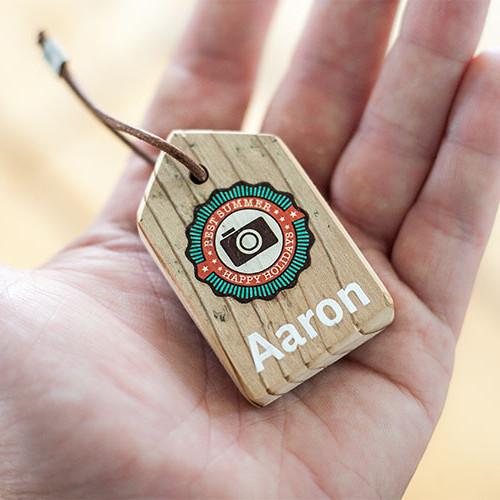 Holz-Schlüsselanhänger auf einer Handfläche