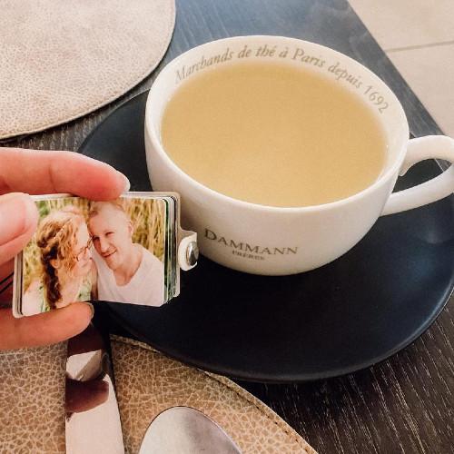 ein Mini-Fotobuch vor einer Teetasse