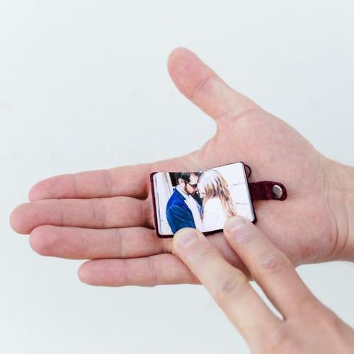 ein Mini-Fotobuch auf einer Handfläche