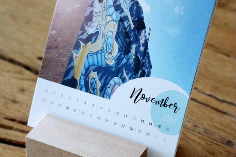 Kalender mit Holzaufsteller seitwärts