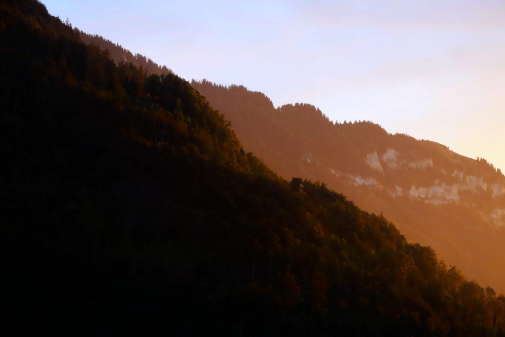 Bild von Abendsonne auf einem Hügel