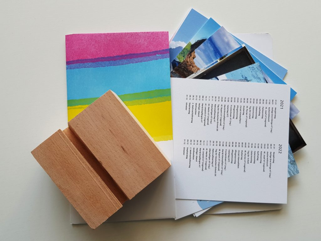 Ansicht von oben: Kalenderblätter, Verpackung und Holzaufsteller