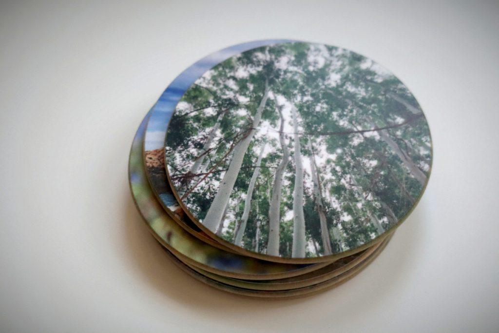 Schrägansicht von oben auf einen Stapel Holzuntersetzer mit Fotos