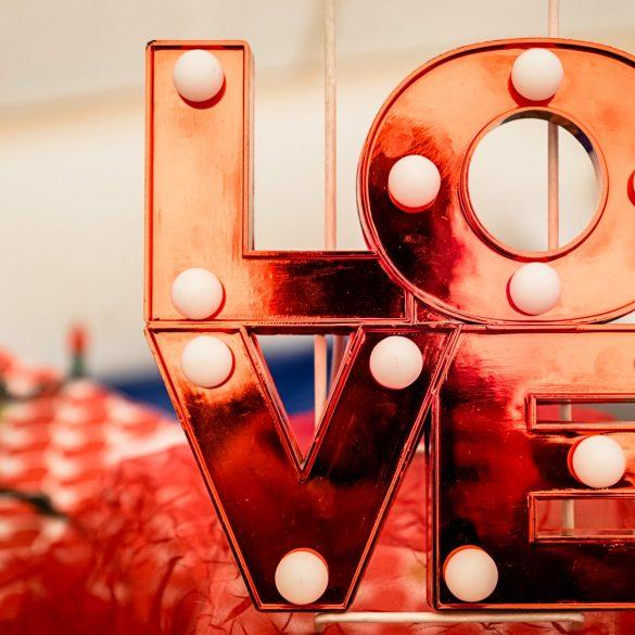 LOVE-Schriftzug in Rot
